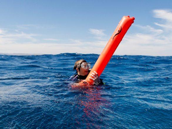 Un plongeur perdu en mer accroché à son parachute de palier