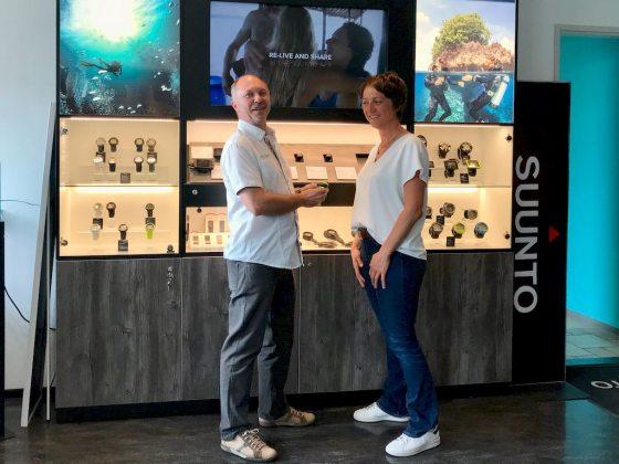 Patrick, un distributeur de matériel de plongée et Hélène discute d'un ordinateur de plongée