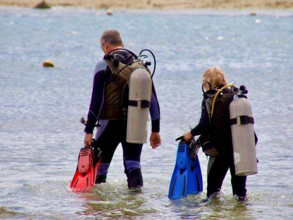 Les préjugés en plongée sont nombreux et concernent tout le monde comme ce couple de plongeurs qui entrent dans l'eau.