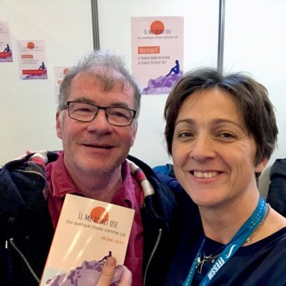 Hélène Adam avec le compagnon de Patricia TElla, auteure adorable et voisine de stand au sAlon de la Plongée