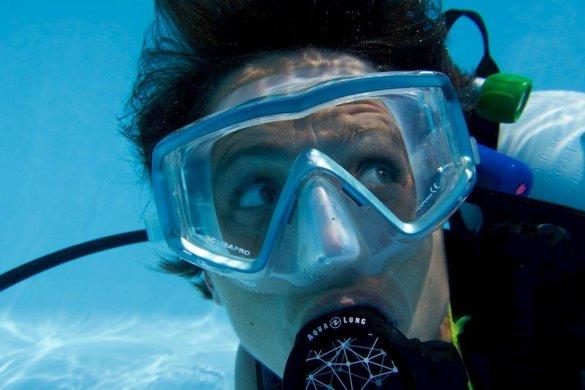La peur en plongée fait se lever les yeux de cette plongeuse