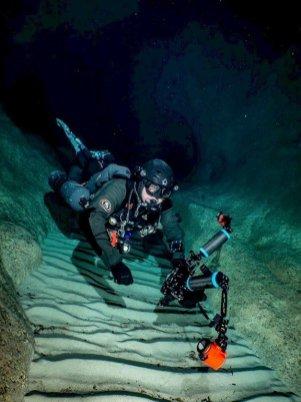 Laurent en plongée grotte avec son matériel.