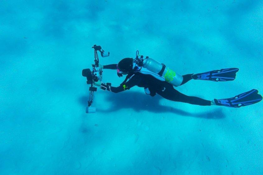 De plus en plus de gens aiment faire de la photo sous-marine comme cette femme dans les eaux chaudes de la caraïbe