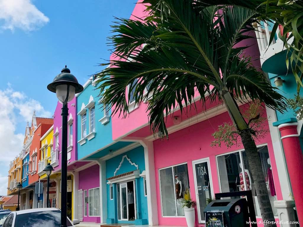 Les façades colorées des maisons à Kralendijk la capitale de Bonaire.