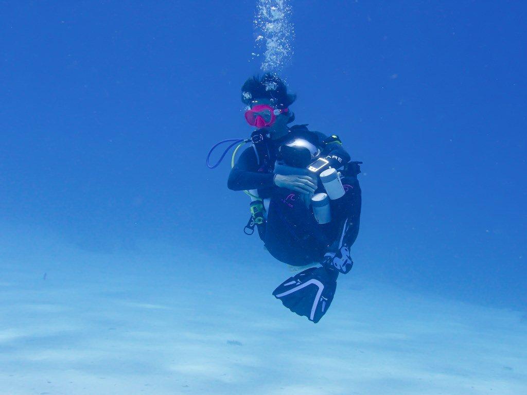 Hélène se laisse bercée par l'eau en fin de plongée