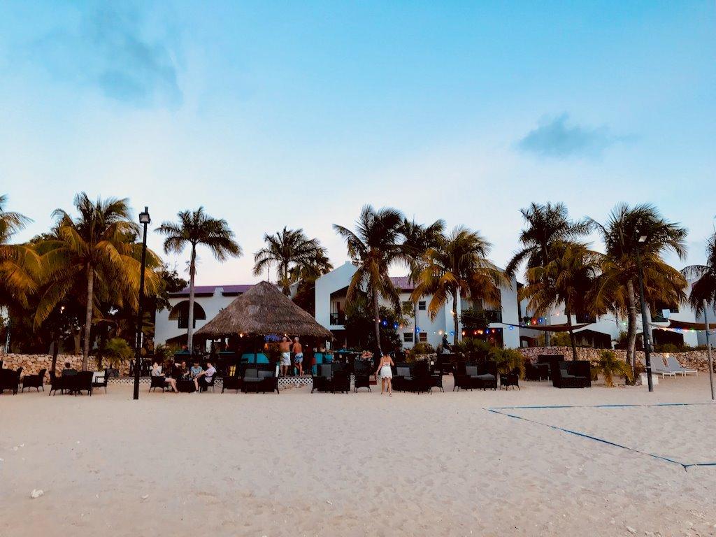 Des gens font la fête sur une plage à Bonaire