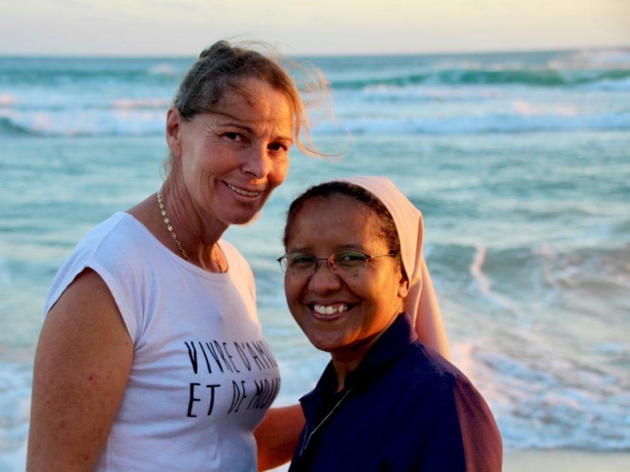 Lisa Martinez et une soeur au bord de l'océan.