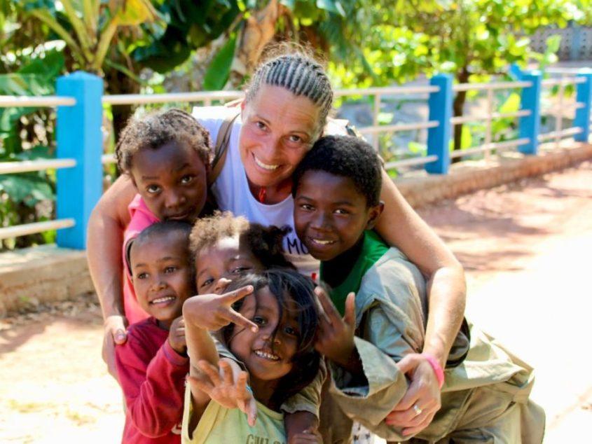 Lisa avec des enfants comme dans le roman Le mystère de la pirogue engloutie.