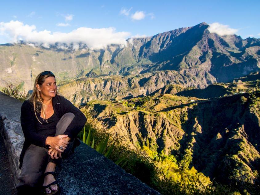 Emmanuelle Camallonga pose devant un paysage montagneux.