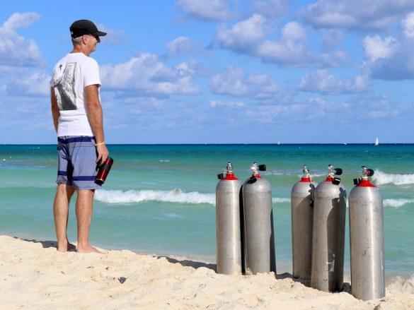 La déshydratation en plongée peut être prévenue par le fait de boire régulièrement comme ce plongeur en surface.