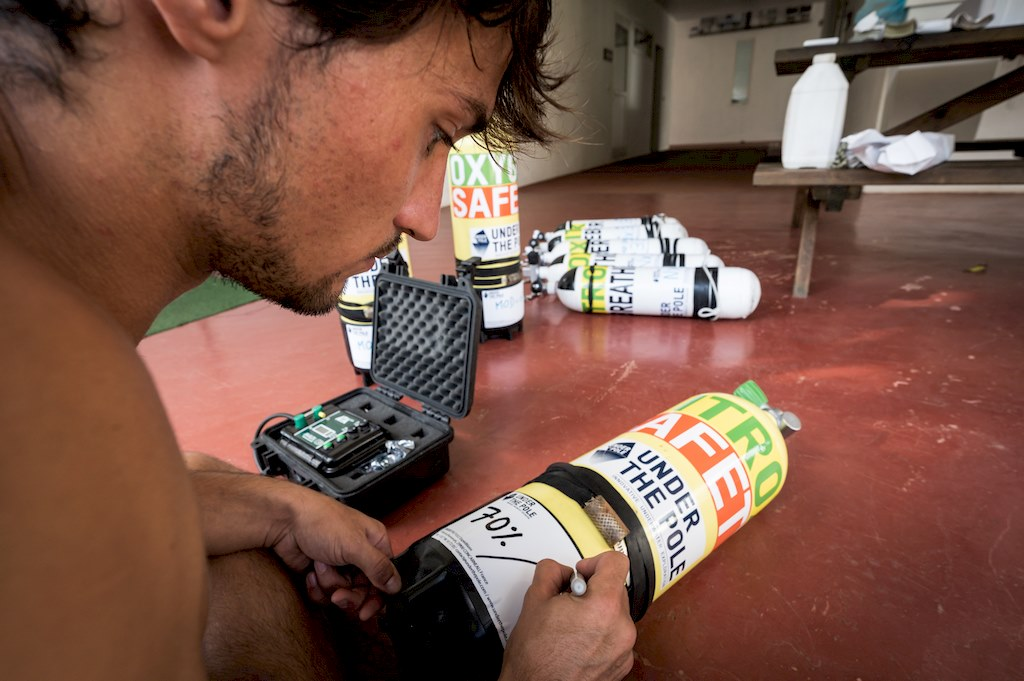Notez le contenu des bouteilles de plongée pour assurer la sécurité pendant l'aventure Under the pole.