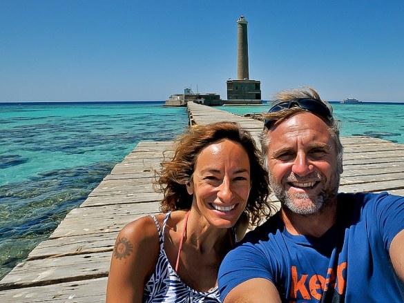 Frederic Bassemayousse et Florence Masiero, les auteurs du livre Mer Rouge Eau Bleue, devant les Brothers en Egypte.