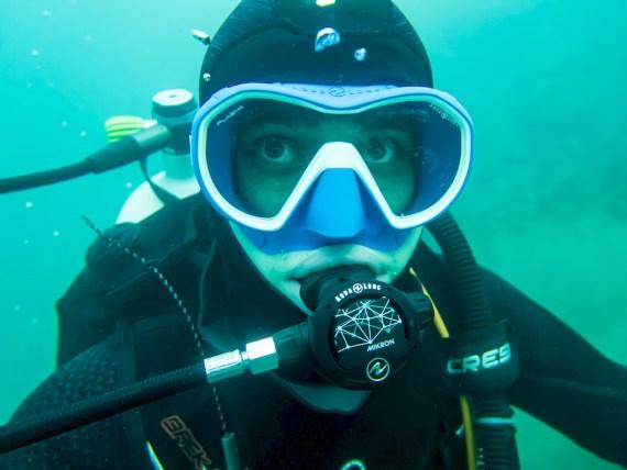 La fermeture des caissons hyperbares en raison du COVID-19 doit pousser les plongeurs a plus de prudence comme ce plongeur qui s'immerge à faible profondeur.