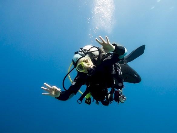 Plonger après un accouchement doit être envisagé avec précautions pour vivre de belles immersions comme cette plongeuse heureuse dans les eaux chaudes de la Mer Rouge.