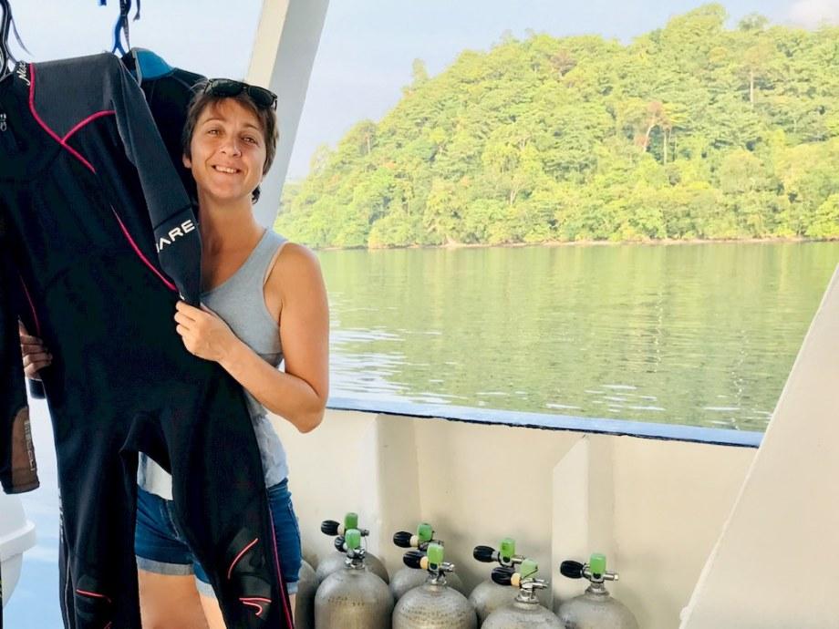 Hélène Adam sur un bateau à Raja Ampat