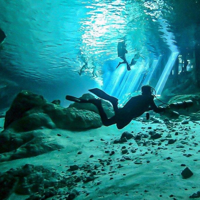 Des plongeurs dans la cénote de Dos Ojos au Mexique.