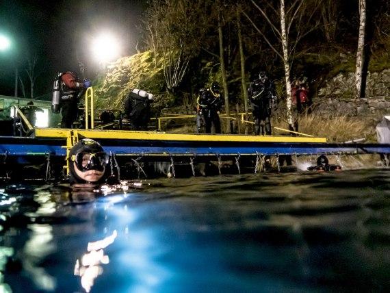 Réussir sa plongée de nuit demande de mettre en place les conditions comme ce plongeur prêt à s'immerger.