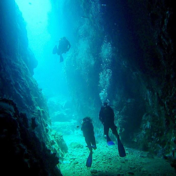 Des plongeurs se retrouvent dans un passage du rocher du diamant en Martinique