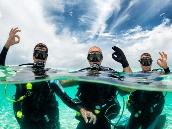 L'autonomie en plongée peut être relative en plongeant en palanquée comme ces trois plongeurs