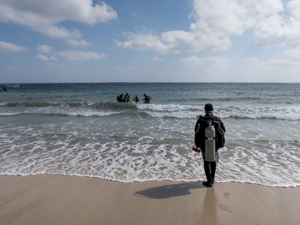 Dépasser nos échec en plongée pour ne pas créer du doute dans l'esprit des plongeurs comme celui plongeur qui hésite à entrer dans l'eau en Egypte.