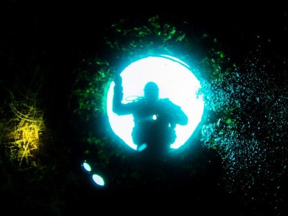 Mentir en plongée peut amener à des conséquences fâcheuses comme pour ce plongeur perdu dans le noir.