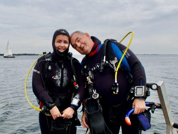 Un papa plongeur avec sa fille.
