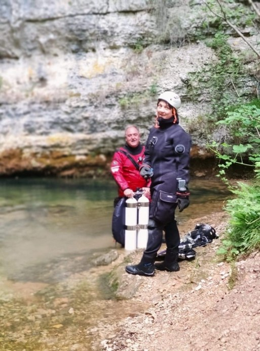 Hélène Adam et Laurent Miroult devant le site de plongée de l'oeil de la Doue près de Martel dans le Lot.