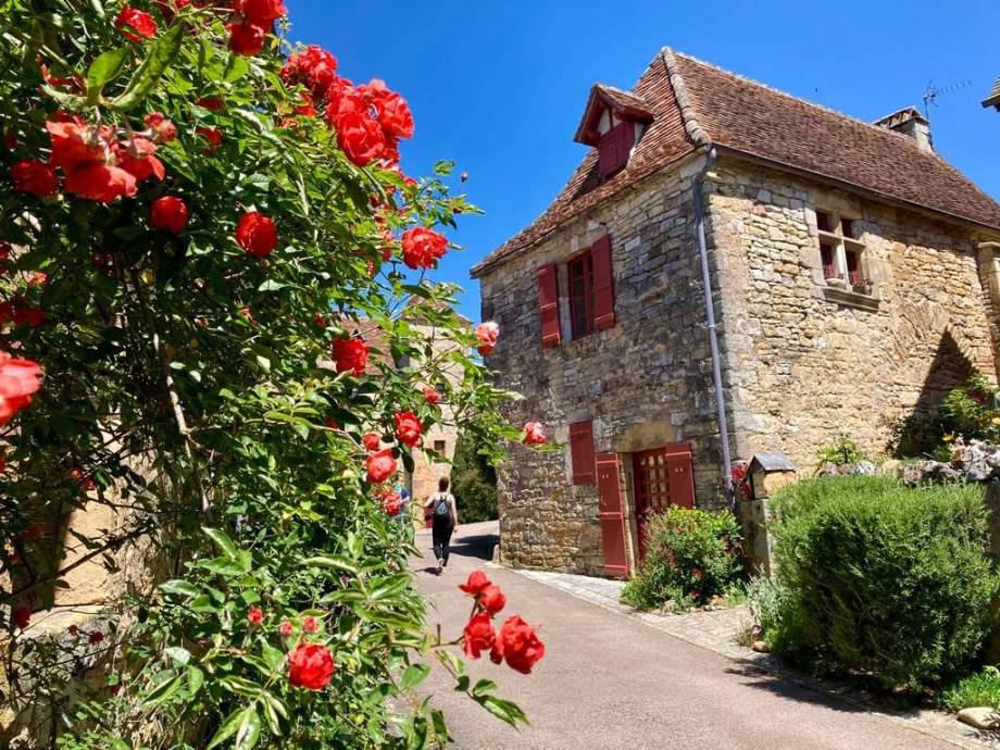 Ruelle de village de Loubressac dans le Lot.