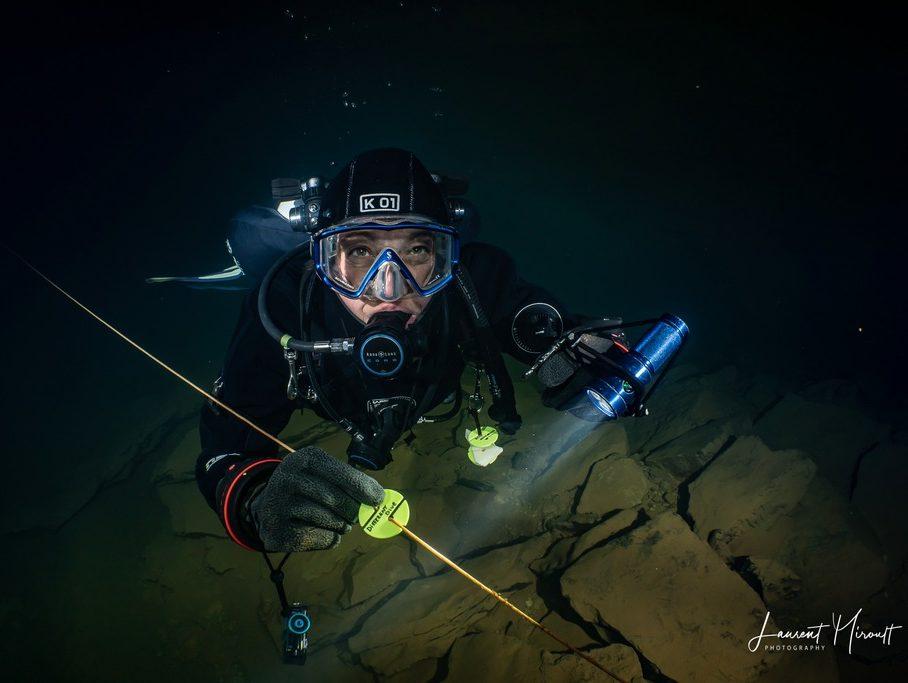Hélène Adam devant un cookie Different Dive en plongée cave.