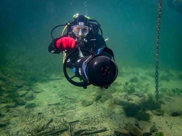 Hélène Adam réalise une formation avec un scooter sous-marin.