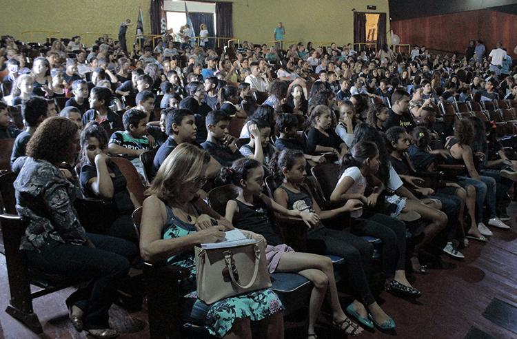 Com Cinema Piracaia lotado, nova turma de alunos conclui curso do Proerd