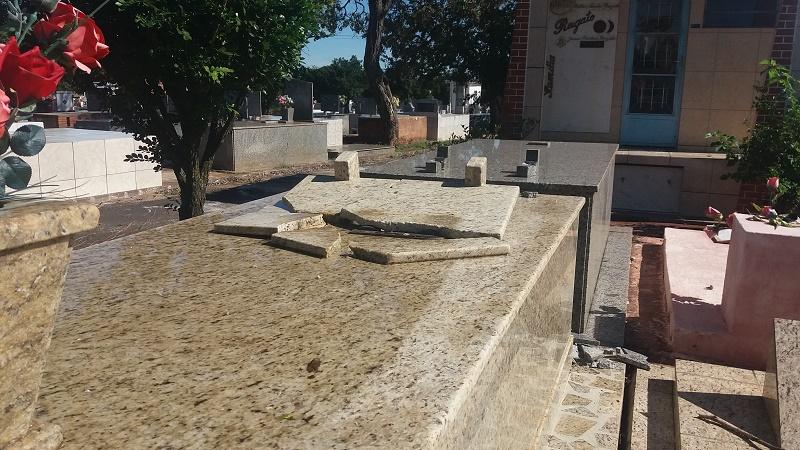 Administração do Cemitério Municipal recupera parte de placas de bronze furtadas de túmulos