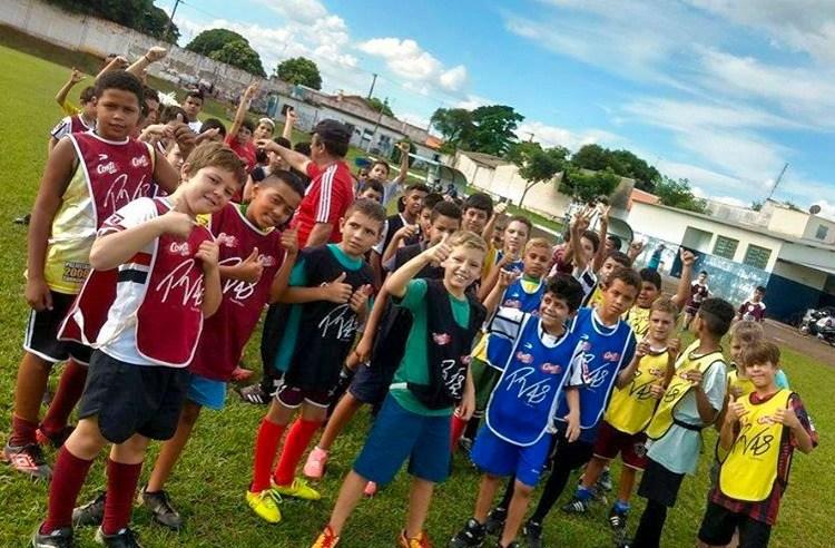 Com apoio da Secretaria de Esportes, programa que ensina futebol infantil retoma as aulas