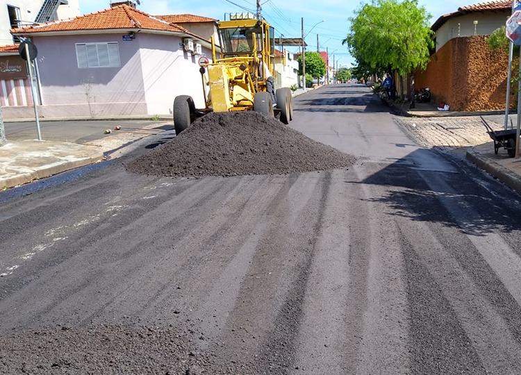 Com retomada do serviço, Vila Souza e Rua Osvaldo Cruz recebem reperfilagem asfáltica