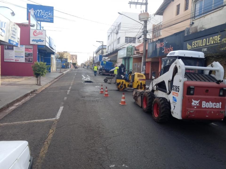 Prefeitura de Assis realiza operação 'tapa buraco' aos domingos nas vias de maior fluxo