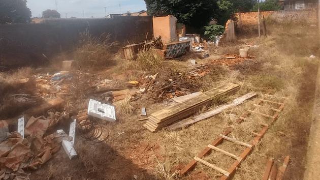 Prefeitura notifica proprietários e vai multar terrenos com lixo e mato alto