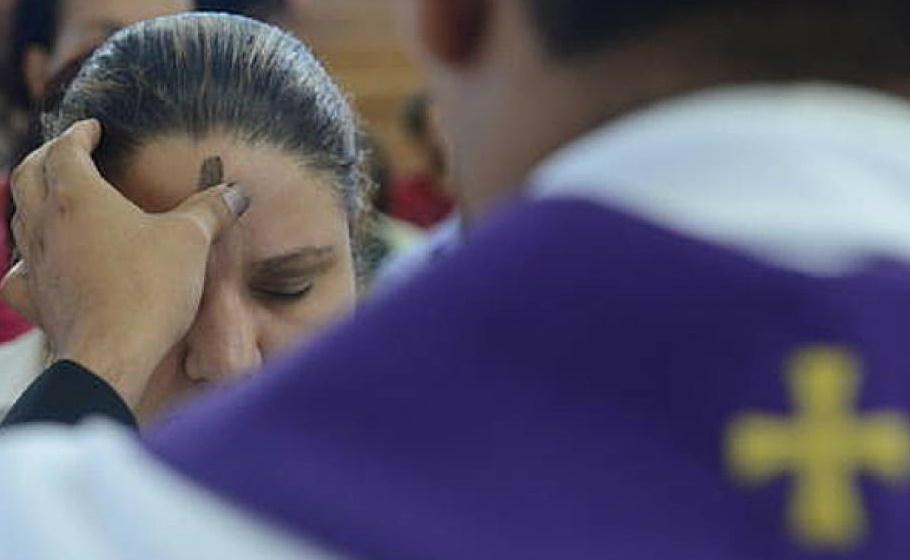 Católicos iniciam Quaresma com a celebração da Quarta-feira de Cinzas