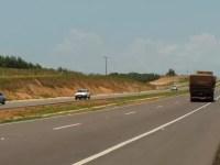 Polícia Rodoviária colabora na entrega de kits de higiene e alimentação a caminhoneiros