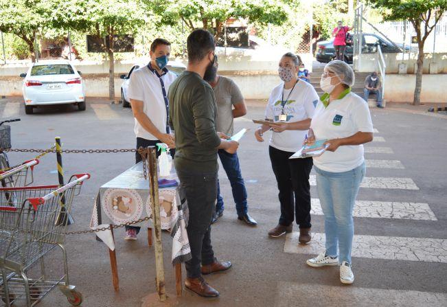 Equipe da Prefeitura de Pedrinhas percorre o comércio para orientar empresários e colaboradores