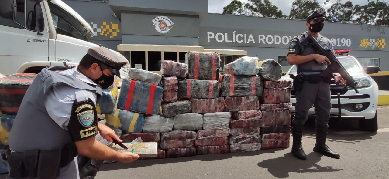 Polícia Rodoviária apreende mais de uma tonelada de maconha na rodovia Raposo Tavares em Presidente Prudente.