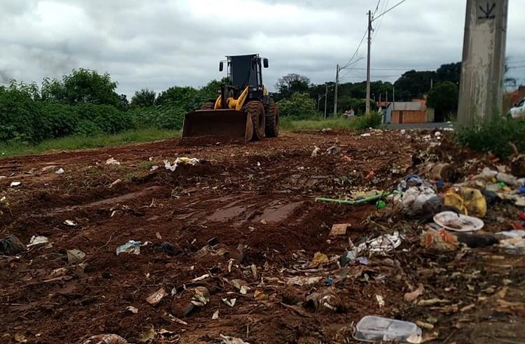 Prefeitura retira mais de 100 toneladas de lixo e entulho por semana descartado inadequadamente pela população
