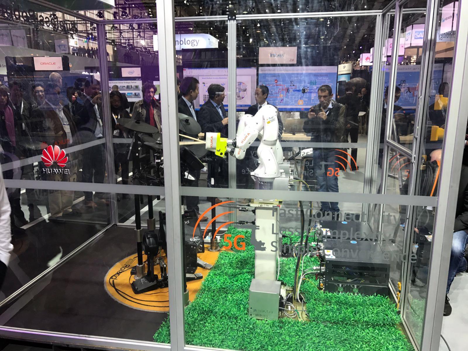 Ein Roboter spielt E-Schlagzeug
