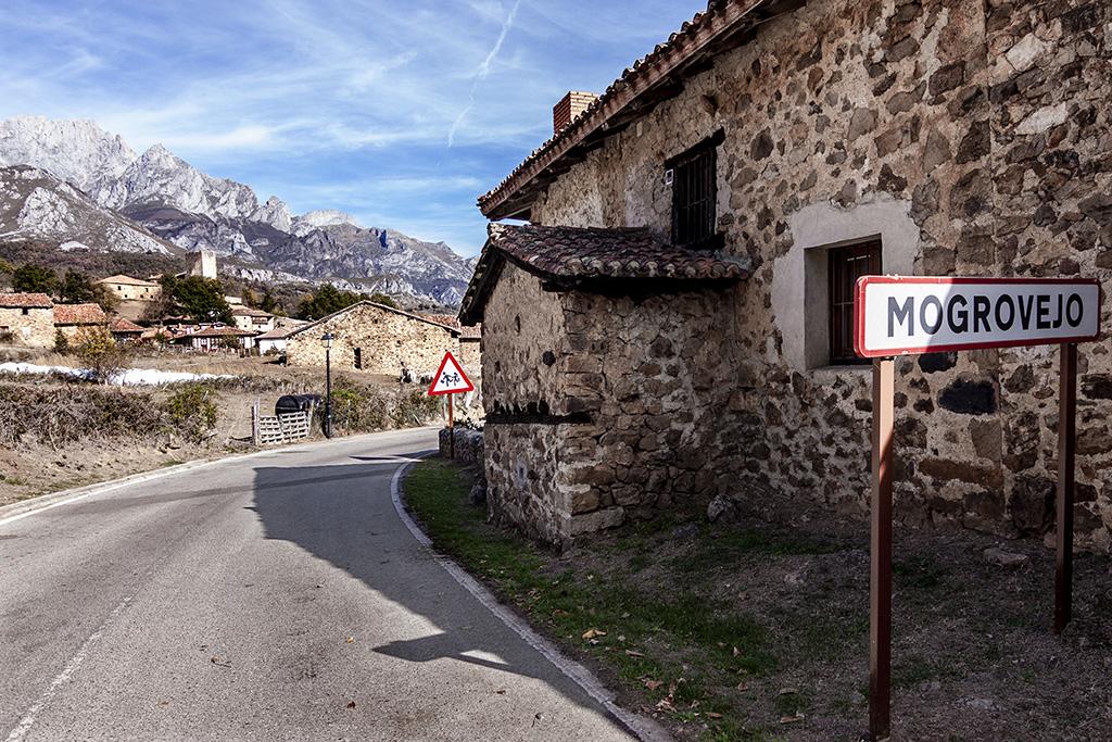 Jafet Blanch arte urbano en casa de Mogrovejo - Cantabria, España