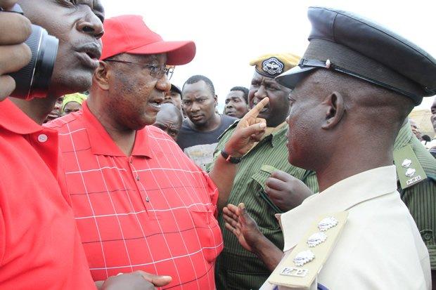 UPND vice president Geoffery Mwamba speaks to police officers in Petauke-picture by Tenson Mkhala