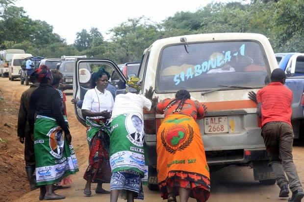 PF women push a bus in Lusaka-picture by Tenson Mkhala