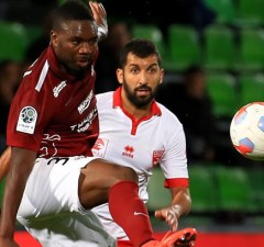 Emmanuel Mayuka of Zamalek SC tries to beat his opponent from Al Alttihad during a league match in the Egyptian Premier League