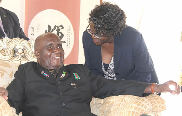 Dr Kenneth Kaunda with daughter Cheswa at his house in State Lodge-Picure by Tenson Mkhala