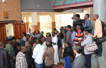 Journalist tries to get pictures of HH in court -picture by Tenson Mkhala