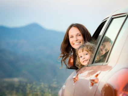 mom-and-daughter-in-car