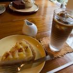 季節のフルーツタルトとカフェオレ